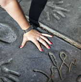 Fan puts hand in handprints of twilight saga stars — Stock Photo