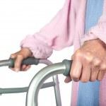 femme âgée à l'aide de walker — Photo