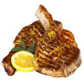 Chuletas de cerdo a la parrilla con salvia y limón sobre blanco — Foto de Stock