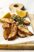 Klyftpotatis med rosmarin och citron — Stockfoto