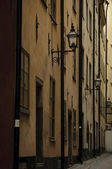 Dark alley in Stockholm old town — Stockfoto