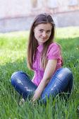 ポートレート屋外の美しい若い女性 — ストック写真