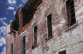 Požár poškozeného cihlového domu — Stock fotografie
