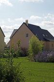 Dom z trawnik — Zdjęcie stockowe
