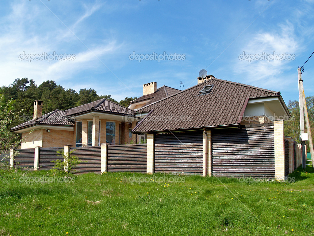 Casa de campo con un techo de tejas foto de stock - Techos para casas de campo ...