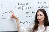 Profesor muestra gráfica en tablero blanco — Foto de Stock