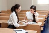 教室で 2 人の学生 — ストック写真