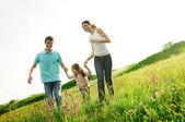 šťastná rodina zábava venku — Stock fotografie