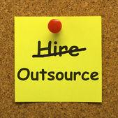 Externalizar nota mostrando proveedores subcontratación y freelance — Foto de Stock