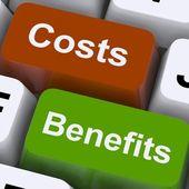 Kostar fördelar nycklar visar analys och värdet av en investering — Stockfoto