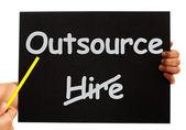 Terceirizar nota mostrando a subcontratação e freelance — Foto Stock