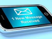 在手机上的电子邮件信封显示收到的一条消息 — 图库照片