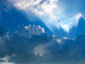 青い空と雲の切れ間から太陽光線と — ストック写真