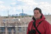 Knappe jonge explorer en de elektriciteitscentrale — Stok fotoğraf