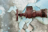 Rusty old tap against concrete wall — 图库照片