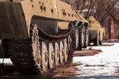 Staré válečné stroje venku — Stock fotografie