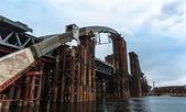 Un vecchio ponte sul fiume — Foto Stock