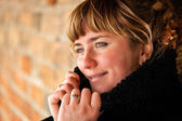 Closeup πορτρέτο του όμορφη νεαρή γυναίκα χαμογελαστά - εξωτερική — Φωτογραφία Αρχείου