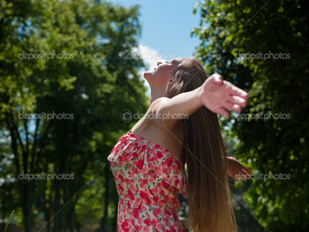 Young cute woman enjoys the sun and nature {shot on Phase one + P45) — Stock Photo #10859014