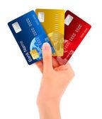 Hombre mano mostrando tarjetas de crédito — Vector de stock