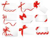 Uppsättning kort anteckningar med röda gåva bågar med band — Stockvektor