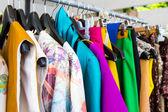 Vestuário de moda em cabides — Foto Stock