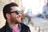 Sonriente joven con barba — Foto de Stock