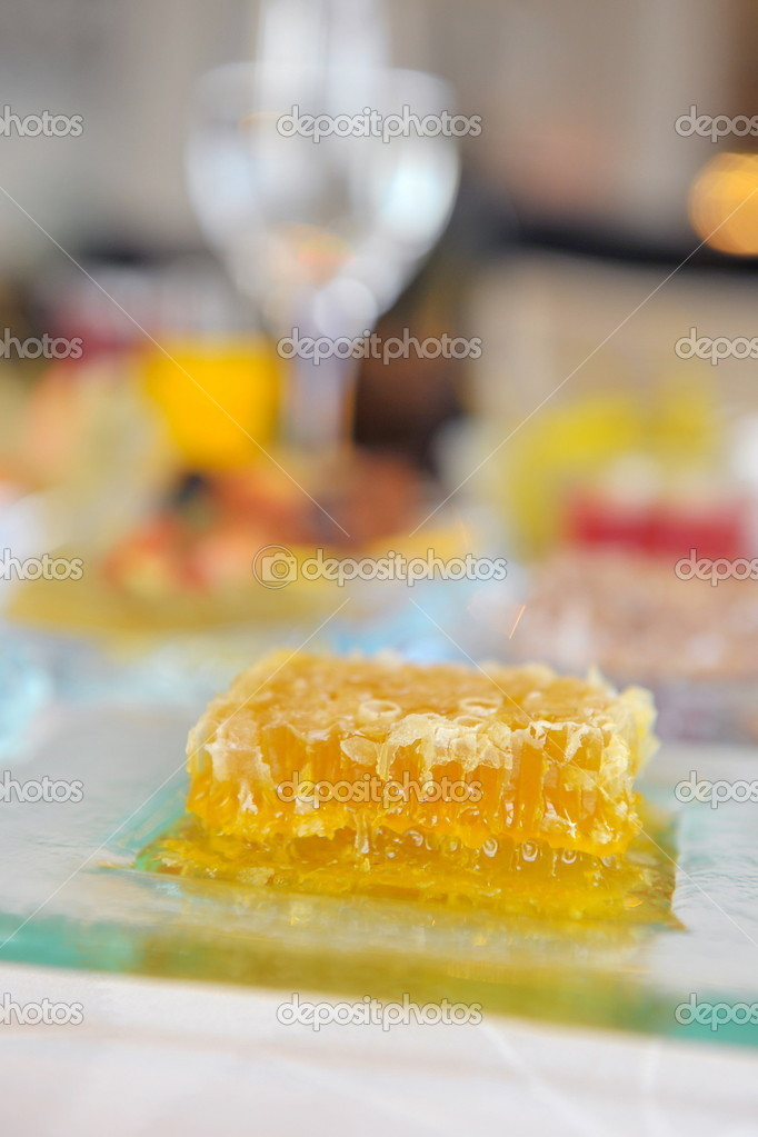 A piece of deliccious honeycomb on a table  Foto de Stock   #11388311