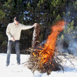 Man and the bonfire in the middle of the forest — Foto Stock