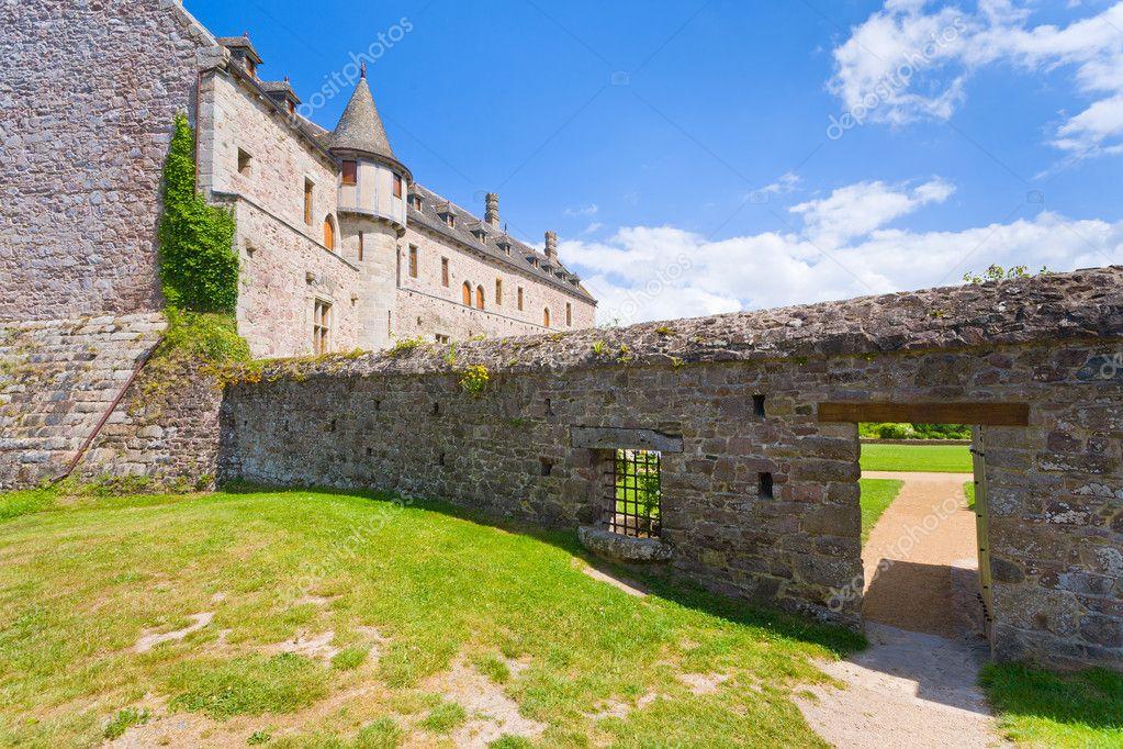 Cortile del vecchio immobile bretone foto editoriale for Piani di coperta del cortile