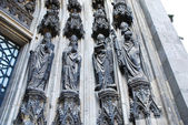 Sculpture under gate of Cologne cathedral — Stock Photo
