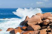 Zee golf einden tegen de roze granieten rotsen — Stockfoto