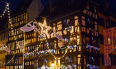 Elektrische girlanden von weihnachten in der stadt — Stockfoto