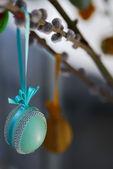 Decorate uova di pasqua presso l'albero di pasqua — Foto Stock