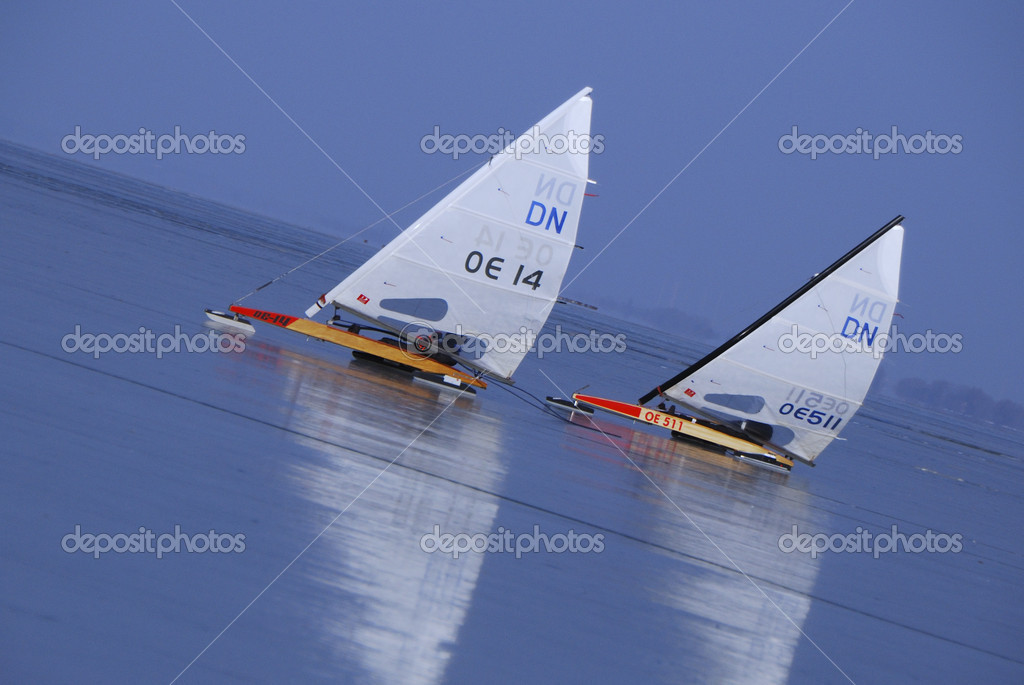 Two ice yacht on frozen lake view mirror-smooth uphill ride — Stock Photo #12081004