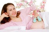 A pregnant woman lies — Stock Photo