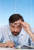 Een zakenman overweegt een — Stockfoto