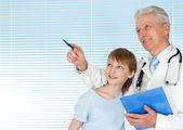 Mutlu doktor hasta ile — Stok fotoğraf