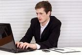 Dizüstü bilgisayar ile çalışan — Stok fotoğraf