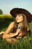 Schöne caucasian frau in einem hut, liegend — Stockfoto