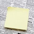 Newspaper and sticky note — Stock Photo