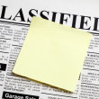 Foto Stock: Newspaper and sticky note