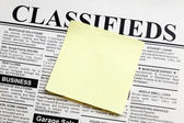 Newspaper and sticky note — Stockfoto