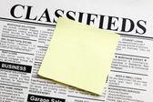 Periódico y nota adhesiva — Foto de Stock