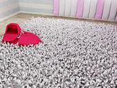 Pantofole su un soffice tappeto — Foto Stock