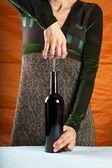 Woman-Eröffnung Wein-Flasche — Stockfoto