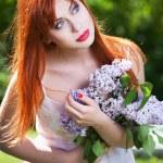 Красивая девушка с цветами — Стоковое фото