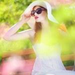 mujer atractiva en un jardín mágico — Foto de Stock