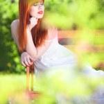 chica hermosa y relajante en un jardín mágico — Foto de Stock