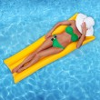 Woman relaxing in a pool - Foto Stock